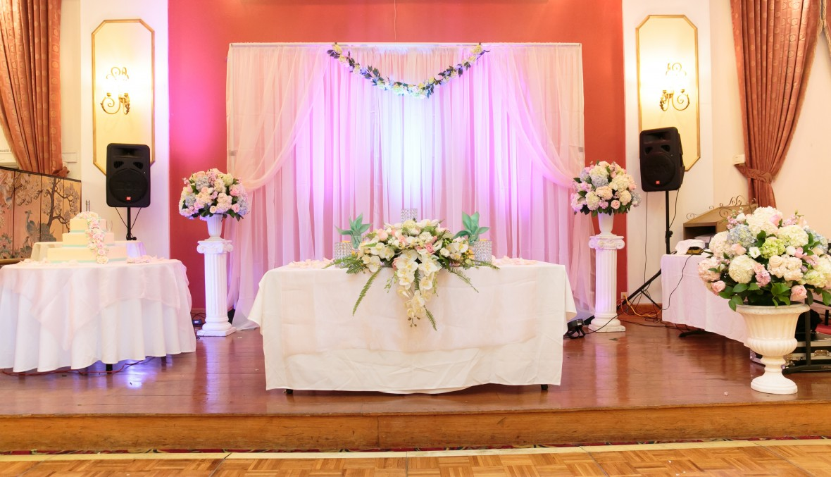 How To Set Up a DIY Wedding Backdrop | The Budget Savvy Bride