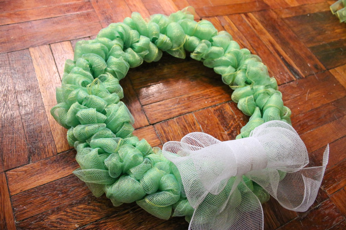 how to make a deco mesh styrofoam wreath
