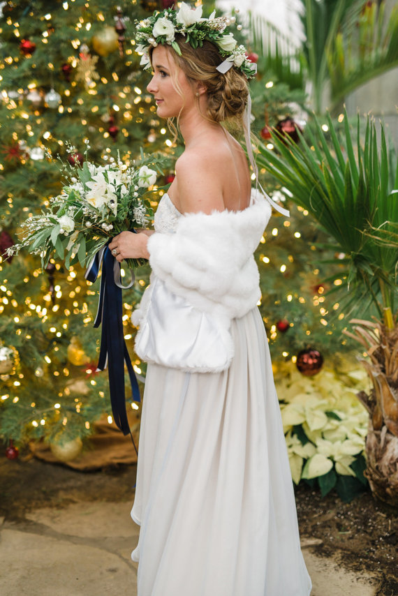 If you have decided to have your big day during the winter, definitely take a look at these beautiful winter wedding accents.