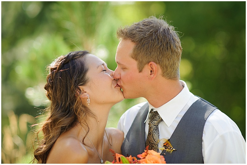 couple kissing photos