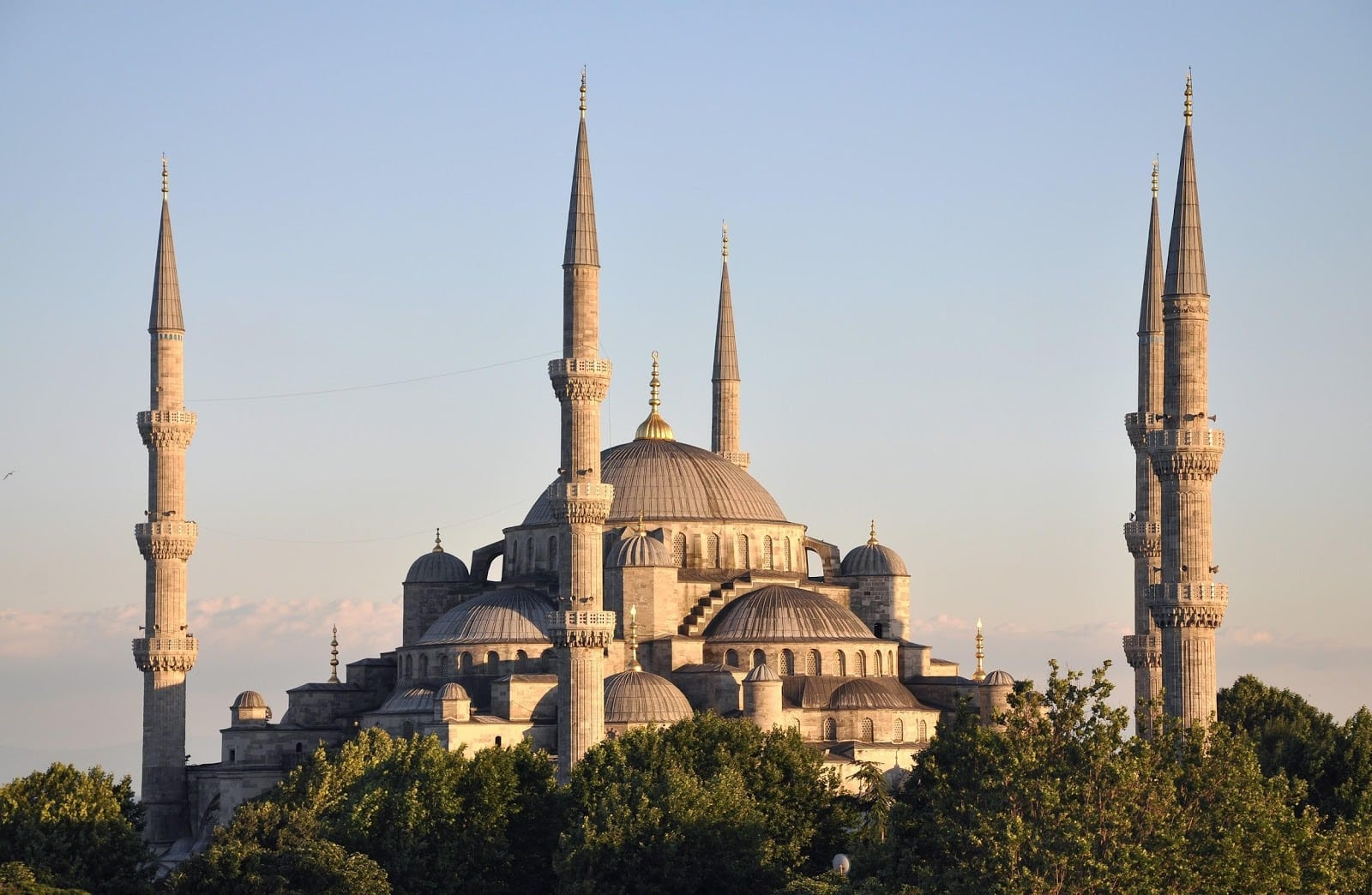 Exterior_of_Sultan_Ahmed_I_Mosque_in_Istanbul,_Turkey_002.jpg